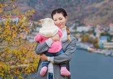 Mère et bébé heureux de famille en nature Photos stock