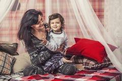 Mère et bébé heureux de famille ensemble à la maison dans l'atmosp confortable Photographie stock