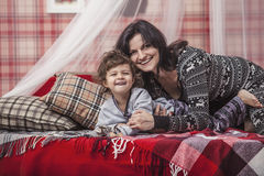 Mère et bébé heureux de famille ensemble à la maison dans l'atmosp confortable Photo stock