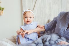 Mère et bébé heureux de bébé de 9 mois dans des pyjamas assortis jouant dans la chambre à coucher pendant le matin Images stock