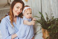 Mère et bébé heureux de bébé de 9 mois dans des pyjamas assortis jouant dans la chambre à coucher pendant le matin Images libres de droits