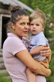 Mère et bébé heureux de portrait ensemble en parc Images stock