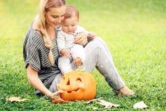 Mère et bébé heureux dehors images libres de droits