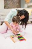 Mère et bébé jouant avec l'abaque Photo stock