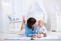 Mère et bébé jouant sur le plancher Photo libre de droits