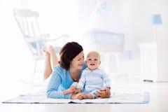 Mère et bébé jouant sur le plancher Image libre de droits