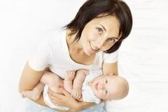 Mère et bébé, maman tenant l'enfant nouveau-né sur des mains, enfant infantile images stock