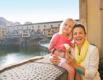 Mère et bébé mangeant la crème glacée à Florence Image stock