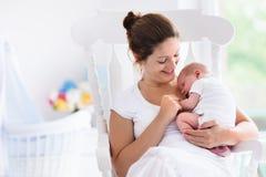 Mère et bébé nouveau-né dans la crèche blanche photographie stock libre de droits