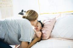 Mère et bébé sur un lit blanc photo libre de droits