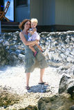 Mère et chéri à la plage Image libre de droits
