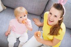 Mère et chéri avec des oeufs de pâques Photographie stock libre de droits
