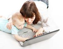 Mère et chéri avec l'ordinateur portatif Image stock
