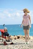Mère et chéri dans la poussette Photo stock