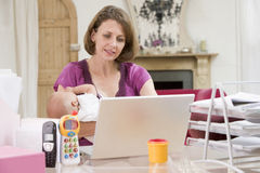 Mère et chéri dans le Home Office  Image libre de droits
