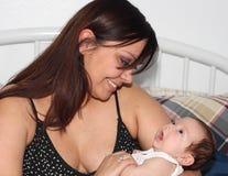 Mère et chéri heureuses photo libre de droits