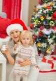 Mère et chéri heureuses avec des biscuits d'arbre de Noël Photos stock