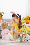 Mère et chéri jouant avec la décoration de Pâques Photos libres de droits