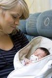 Mère et chéri nouveau-née photographie stock libre de droits