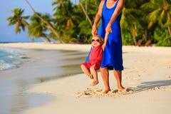 Mère et daugher jouant sur la plage Photo stock