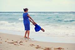 Mère et daugher jouant sur la plage Image libre de droits