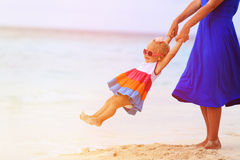 Mère et daugher jouant sur la plage tropicale Images stock
