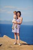 Mère et Daugther au bord de la mer Photographie stock libre de droits