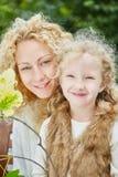 Mère et daugther souriant heureusement image stock