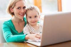 Mère et descendant à l'aide de l'ordinateur portatif Photos stock