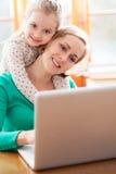 Mère et descendant à l'aide de l'ordinateur portatif Photo stock