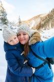 Mère et descendant à l'extérieur à l'hiver photo libre de droits
