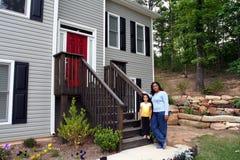 Mère et descendant à la maison photo libre de droits