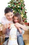 Mère et descendant à la maison au temps de Noël Photo stock