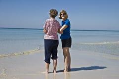 Mère et descendant à la plage Photographie stock