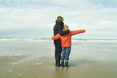 Mère et descendant à la plage Images stock