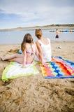 Mère et descendant à la plage parlant 2 Photo libre de droits
