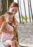 Mère et descendant écoutant le seashell photo libre de droits