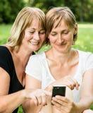 Mère et descendant aînés avec le smartphone Photo libre de droits