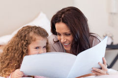 Mère et descendant affichant un livre ensemble Photo libre de droits