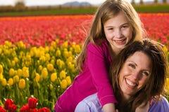 Mère et descendant avec des fleurs Photographie stock libre de droits