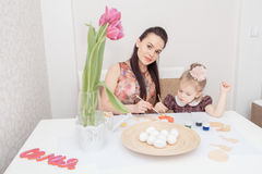 Mère et descendant avec des oeufs de pâques Photographie stock