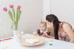 Mère et descendant avec des oeufs de pâques Photographie stock libre de droits