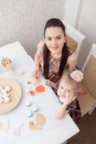 Mère et descendant avec des oeufs de pâques Image stock