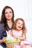 Mère et descendant avec le lapin de Pâques Photos stock
