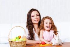 Mère et descendant avec le lapin de Pâques Photo libre de droits