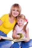 Mère et descendant avec le livre Photo stock