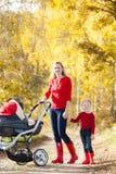 Mère et descendant avec un landau photographie stock libre de droits