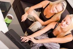 Mère et descendant avec un ordinateur portatif Image libre de droits