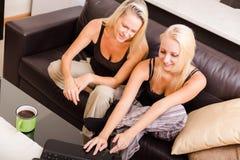 Mère et descendant avec un ordinateur portatif Photo libre de droits