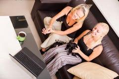 Mère et descendant avec un ordinateur portatif Photographie stock libre de droits